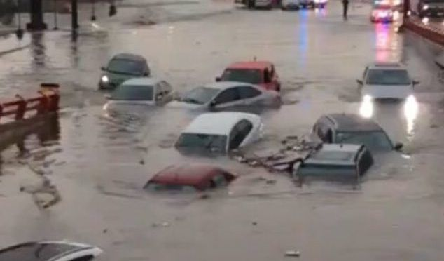 Monterrey inundado: lluvias dejan dos muertos y autos bajo el agua (La Razón)