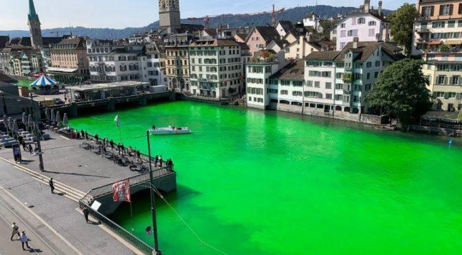 Tiñen de verde fosforescente un río en Suiza para alertar sobre la crisis ambiental (Newsweek)