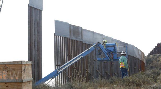 """Estado Unidos: Sacan agua de un parque protegido del desierto para reforzar """"muro"""" fronteriza de Trump (La Opinión)"""