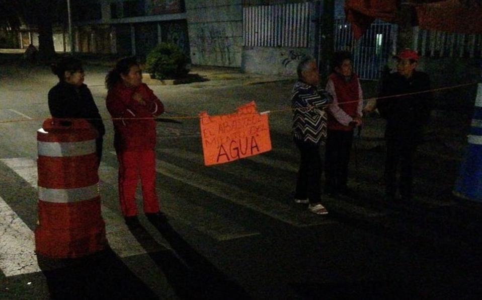 CDMX: Por escasez de agua, vecinos de Iztacalco bloquean Canal de Apatlaco (Milenio)