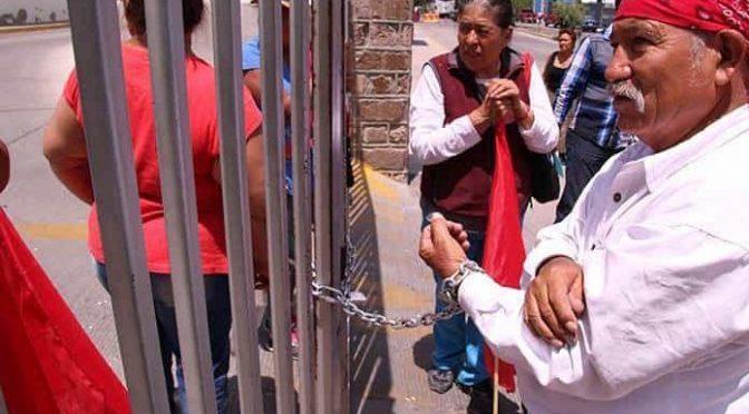 San Luis Potosí: Usuario se encadena a Interapas; exige agua (Pulso)