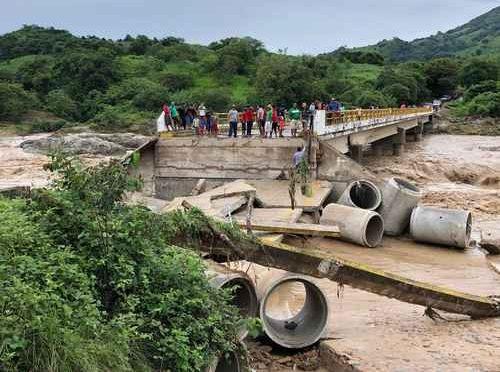 Destruye Narda parte de un puente que comunica a Guerrero y Oaxaca (La jornada)