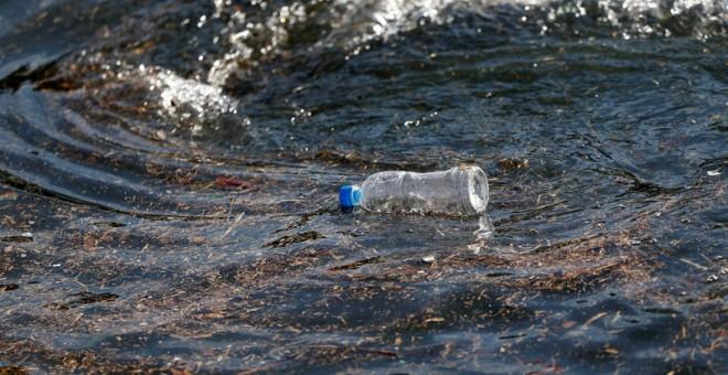Botellas de plástico contra latas de aluminio: ¿quién ganará la lucha mundial por el agua? (Público)