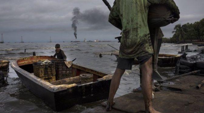 Venezuela: Pescan en medio de manchas de petróleo en el Lago Maracaibo (Debate)