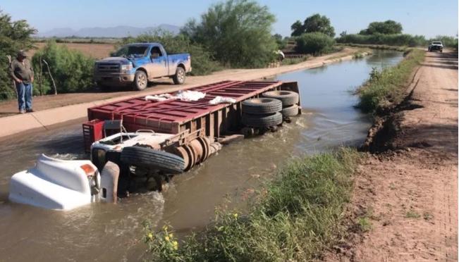 Sinaloa: Se vuelca pipa con agroquímico en canal de Ahome (El Universal)