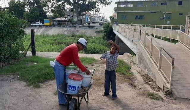 Sinaloa: ¡¡Escuinapa sin agua!!: Vecinos de Pueblo Nuevo acarrean agua del arroyo (El Sol de Mazatlán)