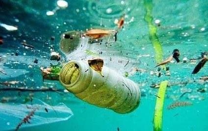 Londres: Embotelladoras de agua prueban cambiar plástico por aluminio (La Jornada)