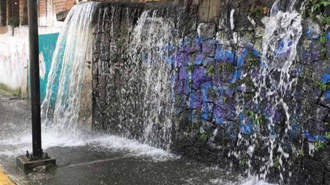 CDMX: Fuga de agua provoca 'cascada' en Á. Obregón (Excelsior)