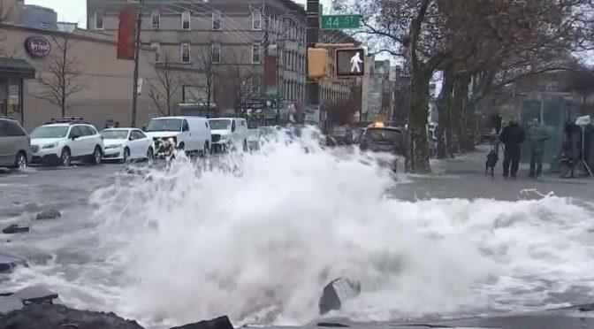 Brooklyn bajo agua tras rotura de tubería principal en Sunset Park (Telemundo 47)