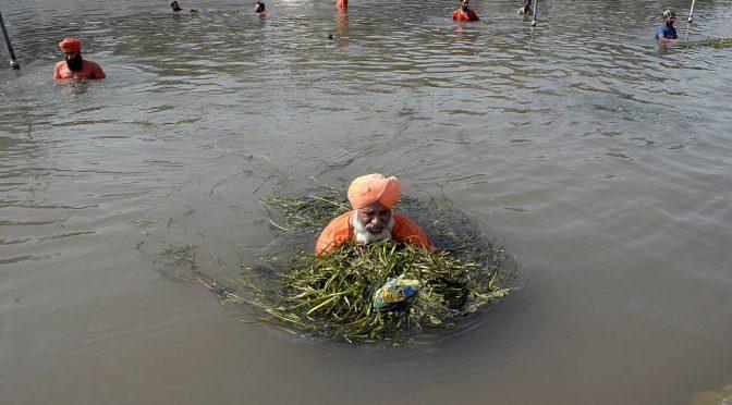 India: Conozca al asombroso hombre que limpió un río de 160 kilómetros de largo con sus voluntarios (La gran época)