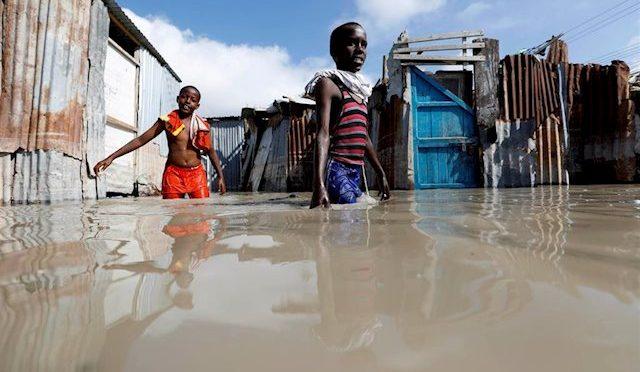 África: Unos 200.000 niños, en riesgo por las fuertes inundaciones de Somalia (Global News)