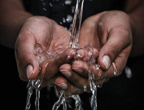 Facilitar el acceso a agua y saneamiento a personas vulnerables (Diario Responsable)