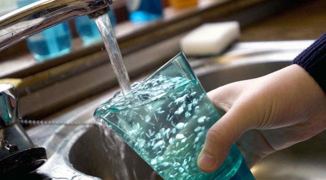 El agua potable de miles de canadienses sale contaminada con plomo. No hay normas para regularlo (Telemundo)