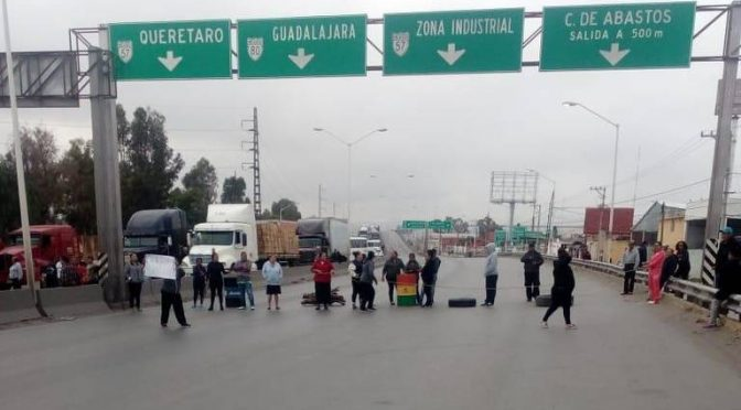 San Luis Potosí: por falta de agua, vecinos bloquean Anillo Periférico (El Sol de San Luis)