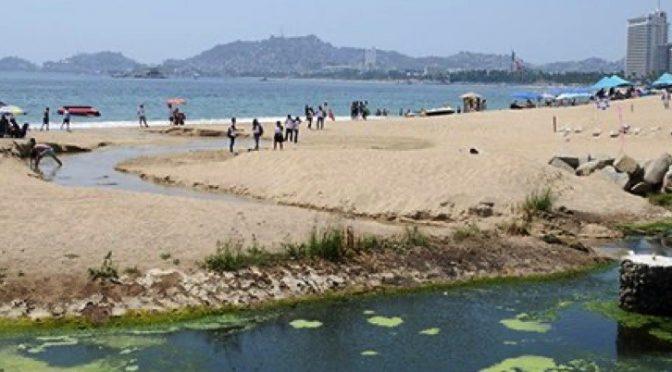 Habitantes de Acapulco dan regalo de Navidad al mar: aguas negras (Bajo Palabra)