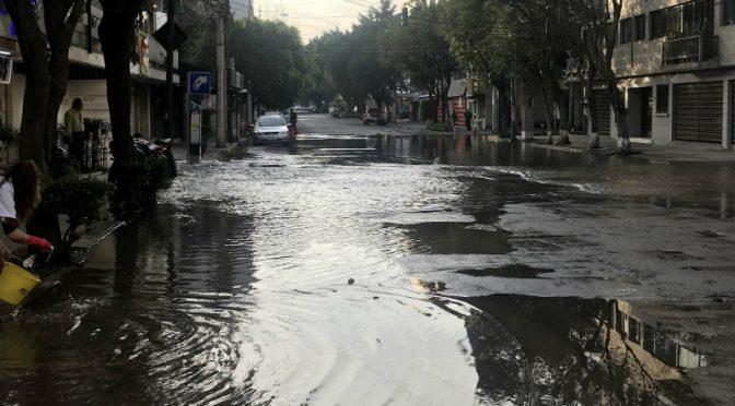 CDMX: Reportan fuerte fuga de agua en calles de la colonia Nápoles (24 Horas)