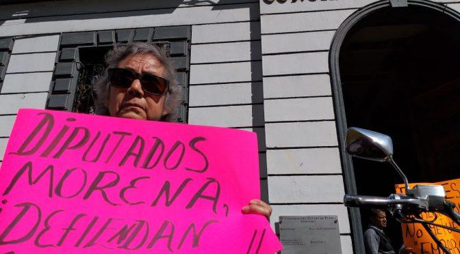 Puebla: En protesta frente al congreso, ASA exige que prohíban los cortes en el servicio del agua (La Jornada de Oriente)