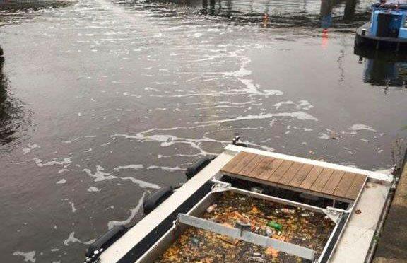Sistema de barrera de burbujas para eliminar el plástico en canales de Ámsterdam (Merco Press)