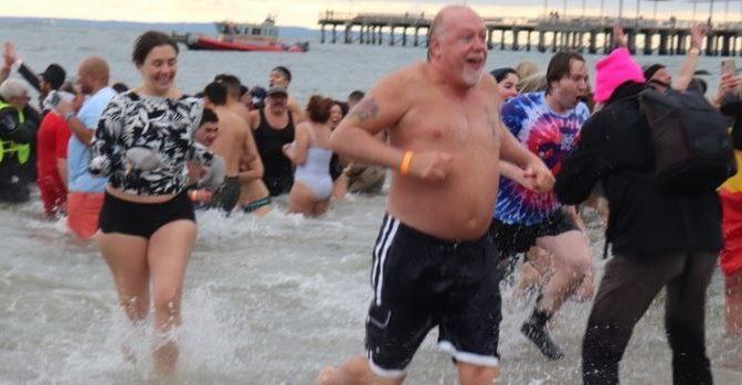 EE:UU: ¡Al agua patos! En NY celebran Año Nuevo nadando en mar helado (Milenio)