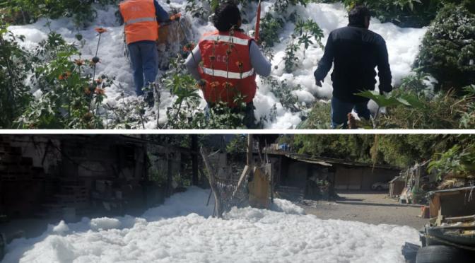 Puebla: Brota espuma tóxica de la red de drenajes en asas de Reforma Sur (La Jornada de Oriente)
