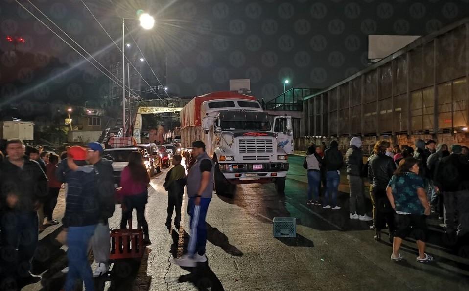 CDMX: Vecinos bloquean circuito interior por falta de agua (Milenio)