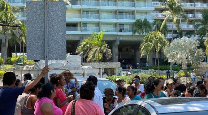 Guerrero: Manifestantes bloquean sede de Convención Bancaria en Acapulco (La Jornada)