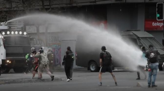Chile: Cañones de agua durante una protesta en Santiago a pesar de las restricciones por Covid-19 (Publimetro)