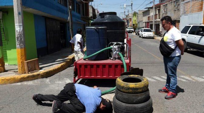 EdoMex: Ordeñan agua en Ecatepec ante la sequía (Reforma)