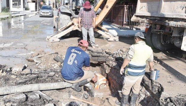 Coahuila: Reparan empleados de Simas fuga de agua (Zócalo)