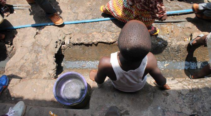 Sierra Leona: Sin agua, sin espacio ni viviendas adecuadas… las muchas tareas pendientes de Freetown (El País)