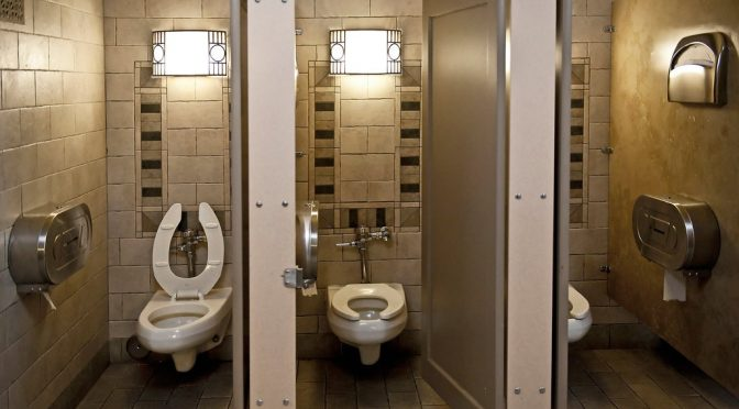 Coronavirus en el baño: descargar el agua del inodoro puede arrojar partículas infecciosas (The New York Times)