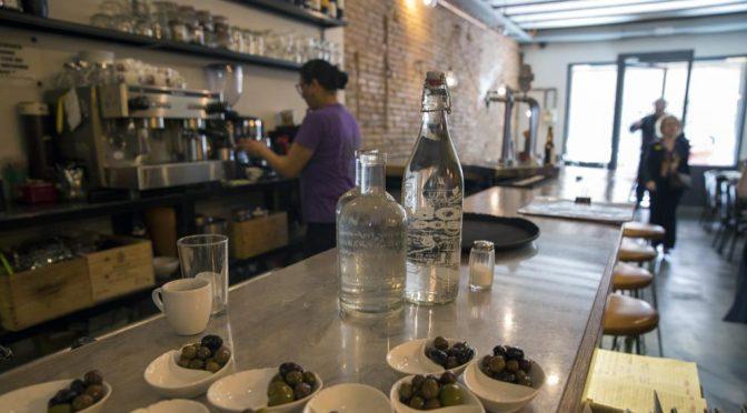 España: Bares y restaurantes deberán ofrecer agua de grifo para reducir envases de plástico (La Vanguardia)