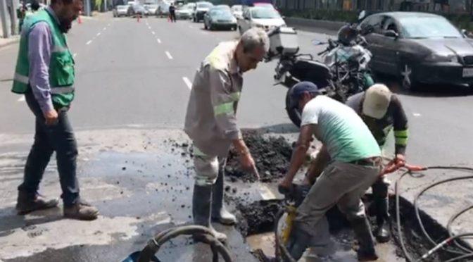 CDMX: Fuga de agua sobre Calzada de Tlalpan provoca 'caos' vial. (Excélsior)