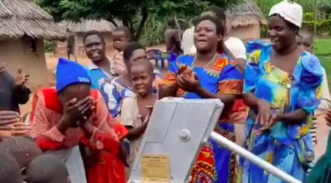 Celebran con baile y aplausos primer pozo de agua limpia en pueblo de Uganda en África (Debate)