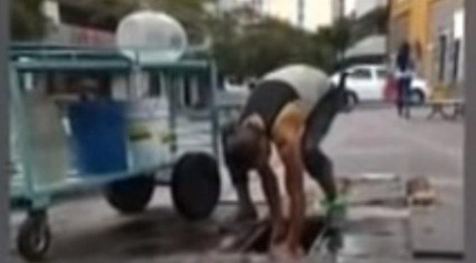 Hombre saca agua de registro en Guadalajara ¿para aguas frescas? (Milenio)