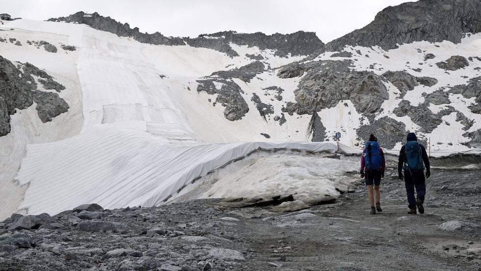 Un manto gigantesco para cubrir un glaciar y resguardarlo del calor (El País)