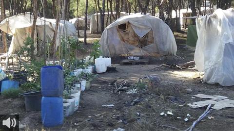 España: La falta de agua y los incendios en las infraviviendas de los asentamientos de las personas migrantes temporeras agravan su situación de vulnerabilidad (EMAR TV)