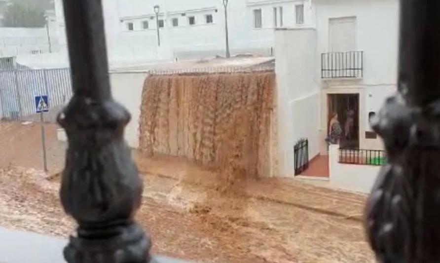 España: Una tromba de agua y granizo convierte las calles de Estepa en ríos de lodo (El País)