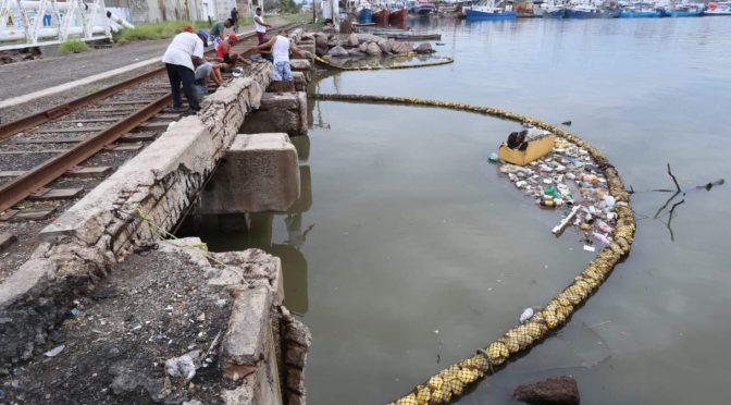 Sinaloa: Biobarda detiene mucha basura que arrastra el agua de las lluvias que han caído en Mazatlán. (Noroeste)