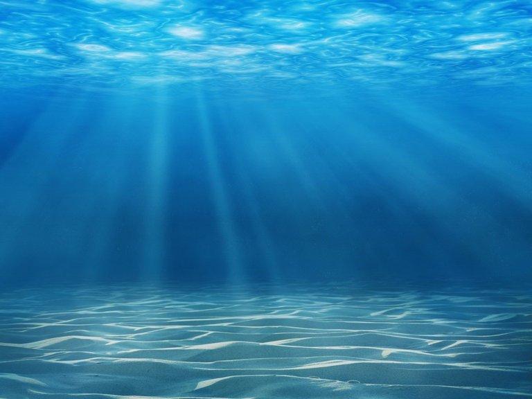 El increíble método con luz solar que transforma agua de mar en potable en 30 minutos (Infobae)
