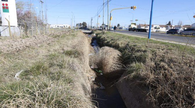 La desidia de siempre, el agua corre con mucha basura en los canales de Roca (rionegro)