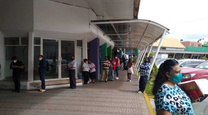 Puebla: Se registran largas filas para pagar servicio de agua. (Milenio)
