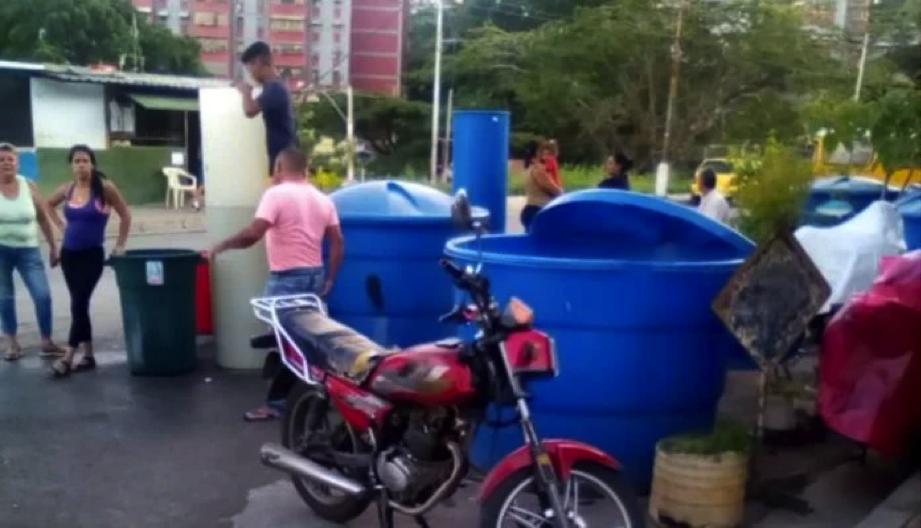 Residentes del Sector Uno de La Vega denuncian cobro de agua en dólares (El Pitazo)