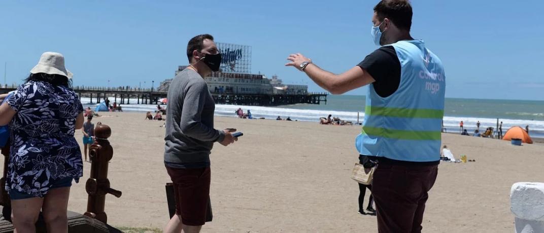Coronavirus: cuál es el riesgo real de contagio a través del agua de mar o la arena de la playa (La Voz)