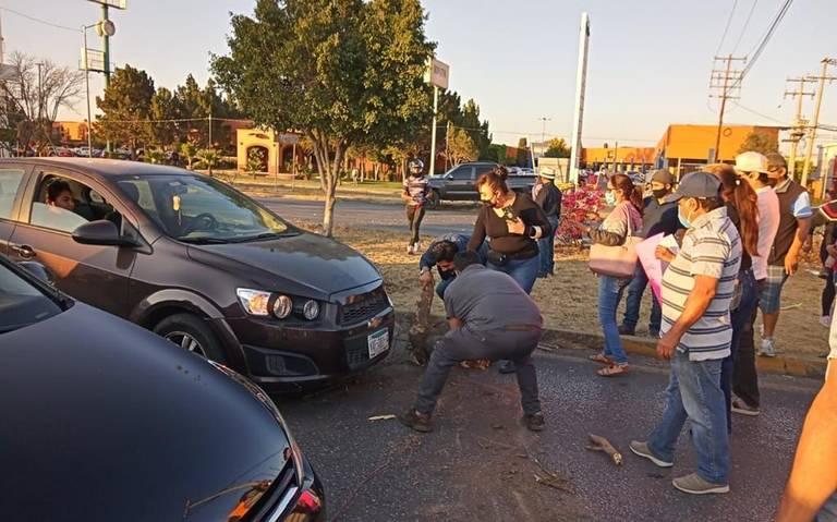 Caos en carretera 57; exigen agua en Valle Dorado y alrededores (El Sol de San Luis)