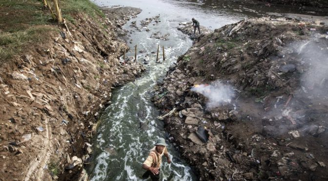 Vivir y morir por la contaminación del río Citarum (El País)
