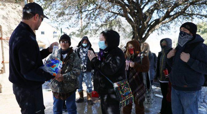 EEUU: Largas filas en Texas bajo el frío polar para conseguir agua potable (Infobae)