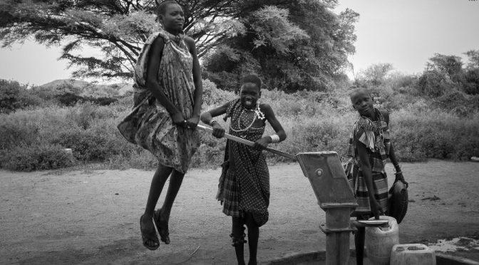 El esfuerzo de tres niñas sudanesas para sacar agua de un pozo es la imagen ganadora del concurso PhotoAquae 2021 (Xataka Foto)