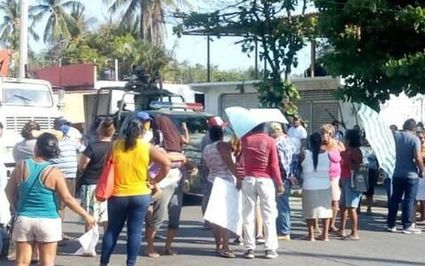 Protestan habitantes de la zona poniente de Acapulco en demanda de agua potable (El Sol de Acapulco)