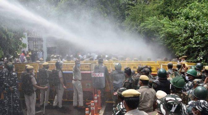 Delhi – Protestaban por falta de agua en India… ¡Los reprimen con mangueras! (Sopitas)